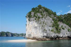 Bãi tắm tự nhiên tại vịnh Lan Hạ