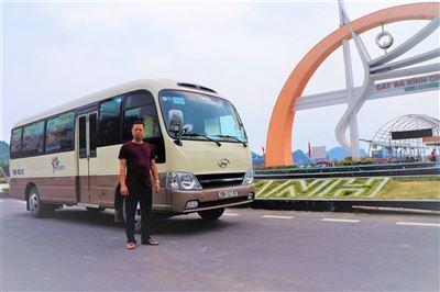 Xe chở khách du lịch trên đảo Cát Bà